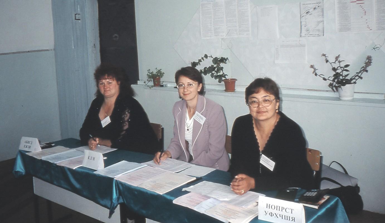 Kazakit läpinäkyvillä vaaliuurnilla