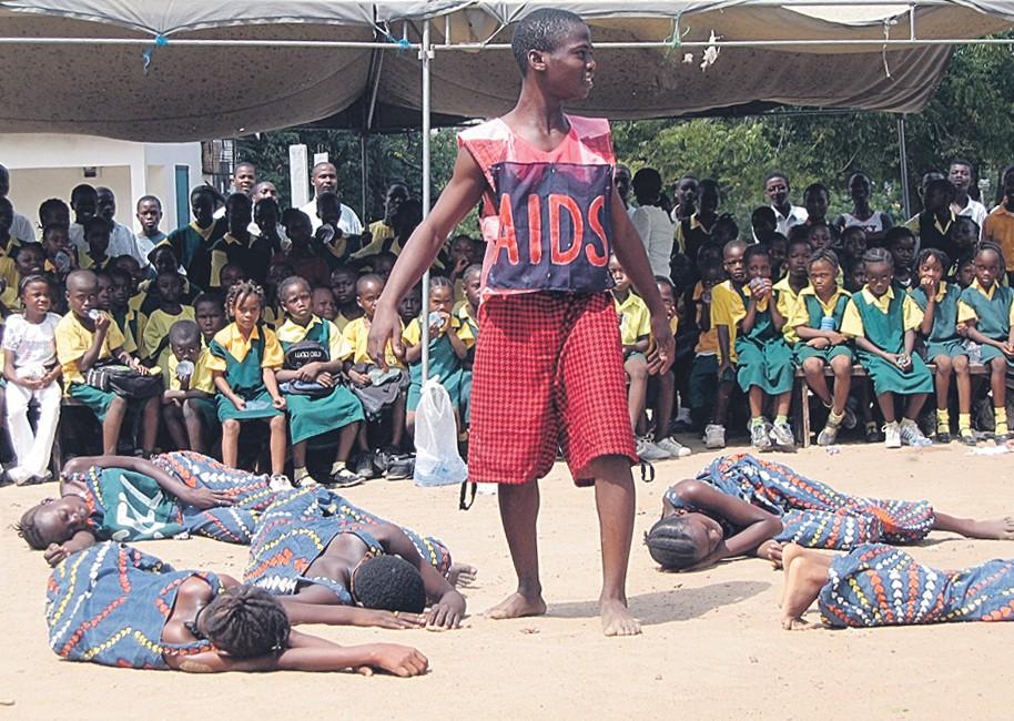 Liberiassa rakennetaan rauhaa heimojohtajien kanssa